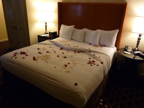 Hotel Vintage Plaza Rose Petal Covered Bed